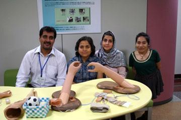 JICA地域活動としての知的障害者支援コース参加者が義肢装具技術研究部を見学している様子。左からパキスタン、ネパール、アフガニスタン、タイの研修員4名