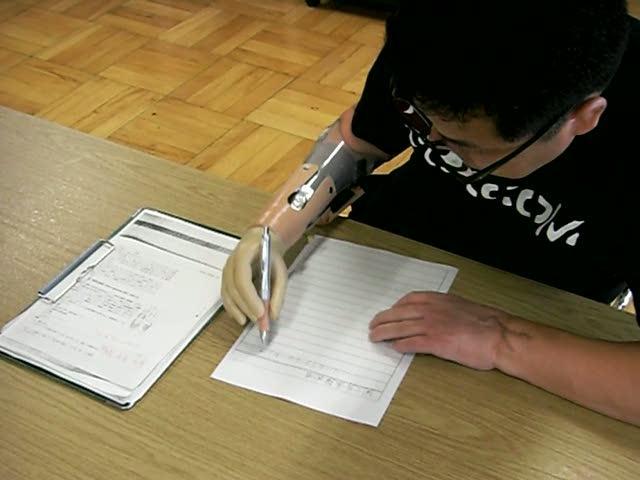 義手を使って文字を書く