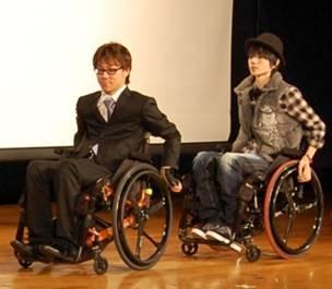図2 左:ビジネススーツを着用している男性、右:デニムのパンツを着用している男性