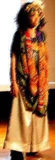 図4 レディースセミフォーマルを着用している女性